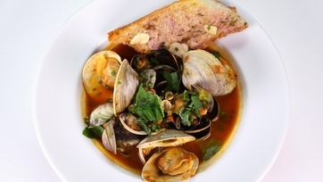 Steamed Clams in Spicy Brodetto with Garlic Bread